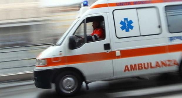 Incidente sulla strada della Stazione. Moto contro auto, centauro ferito